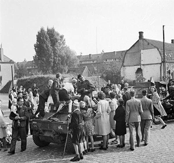 Men of the Guards Armoured Division of the British XXX Corps passing through Grave, the Netherlands, 19 Sept 1944 (Imperial War Museum 4700-29 B 10133)