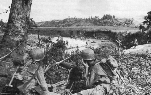 Men of the US 77th Infantry Division man heavy machine guns cover the Antilao River at Ormoc, Leyte, Dec 1944 (US Army photo)
