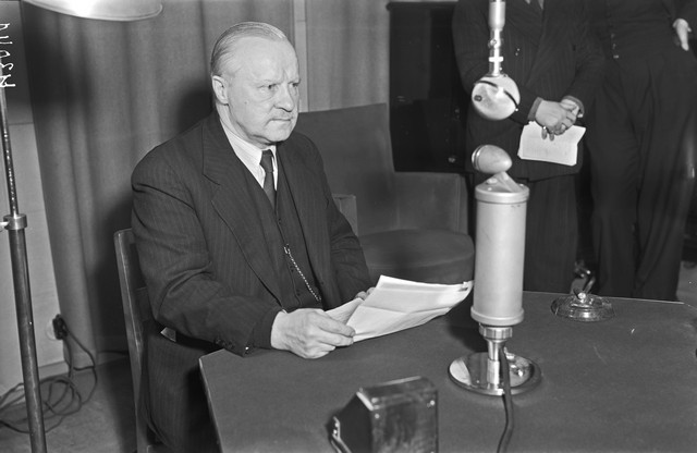 Finnish foreign minister, Väinö Tanner, reads the terms of the Moscow Peace Treaty on the radio, 13 March 1940 at 12 am (Source: Museovirasto via Wikimedia Creative Commons)