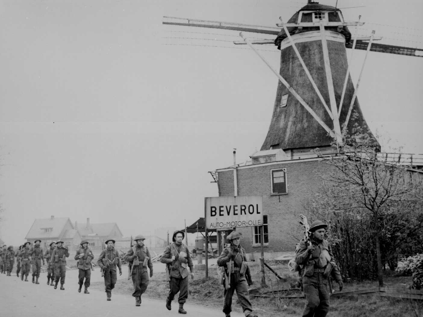 Canadian Infantry of the Regiment de Maisonneuve, moving through Holten, the Netherlands, 9 Apr 1945 (US National Archives: 306-NT-1334B-11)