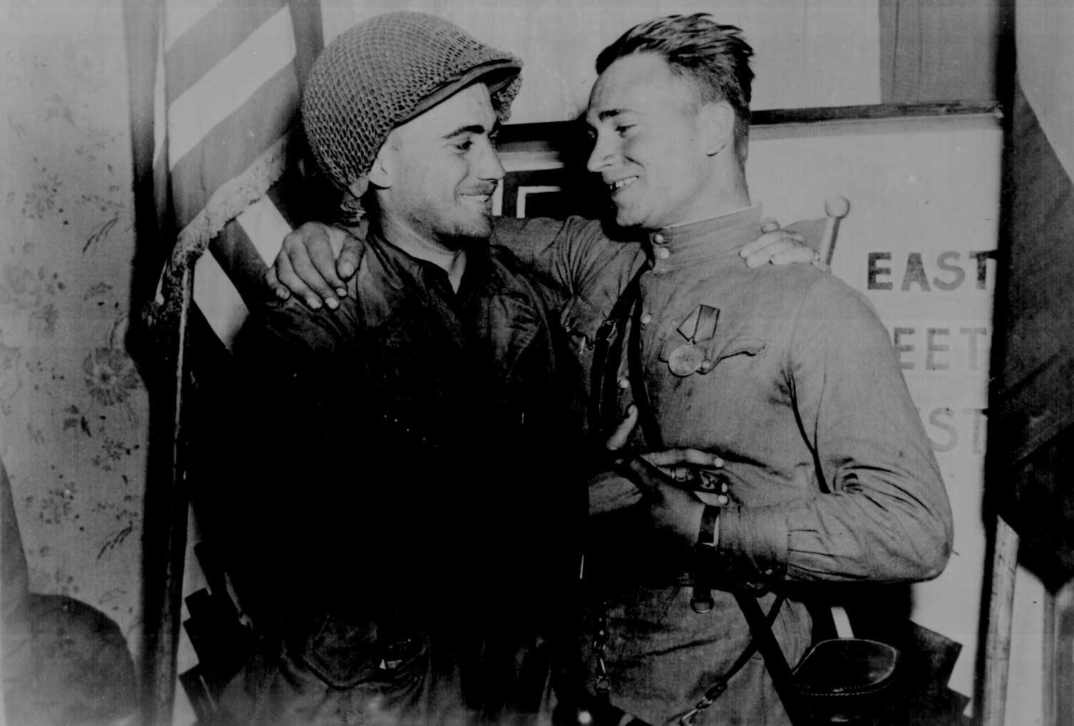 US soldier 2nd Lt. William Robertson and Soviet soldier Lt. Alexander Sylvashko met near Torgau, Germany, 25 Apr 1945 (US National Archives: 111-SC-205228)