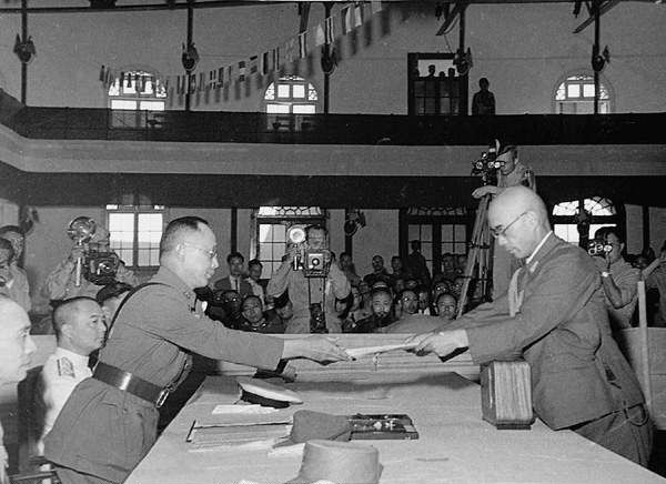 Yasuji Okamura surrendering to He Yingqin, Nanjing, China, 9 September 1945 (public domain via WW2 Database)