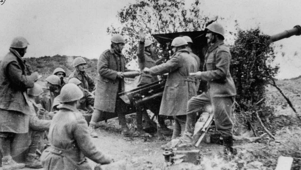 Greek field gun during Battle of Morava-Ivan, southern Albania, 14-23 Nov 1940 (public domain via Wikipedia)
