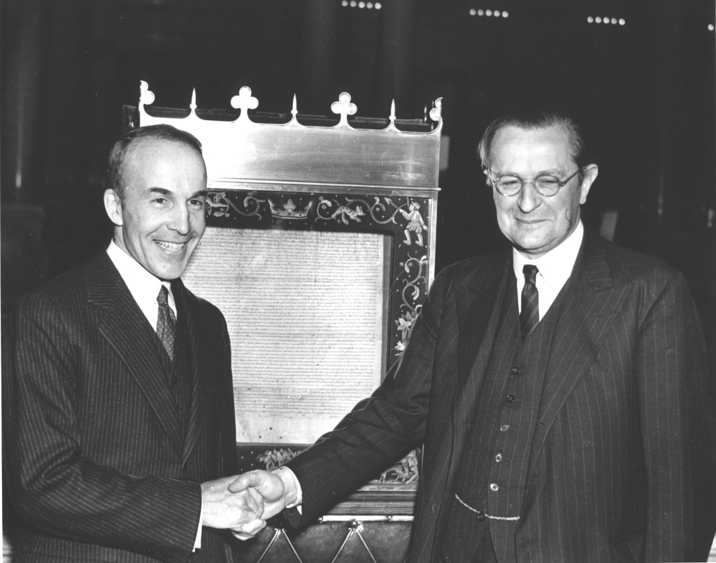 Head of the Library of Congress Archibald MacLeish and British Ambassador Lord Lothian posing in front of the Magna Carta, Washington, DC, 28 Nov 1939 (Library of Congress)