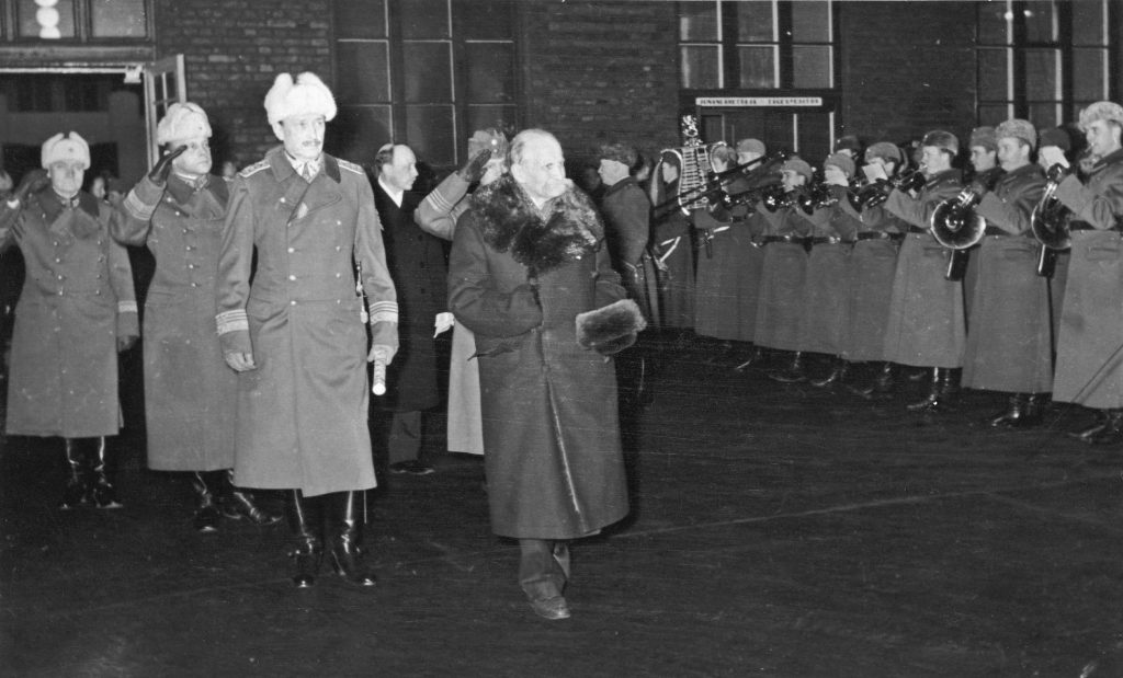 President Kyösti Kallio of Finland (resigned) and Field Marshal C.G.E. Mannerheim at Helsinki railway station, Finland, 19 Dec 1940; Pres. Risto Ryti, Lt Gen Heindrichs, and Col Paasonen in background, moments before Kallio's death (public domain via Museovirasto via Wikipedia)