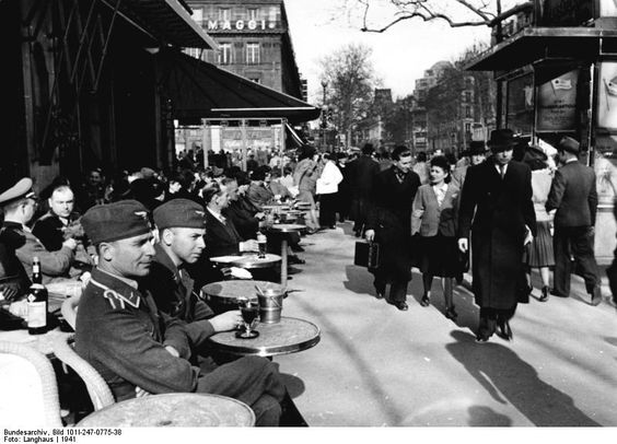 German Luftwaffe officers at café on Boulevard Saint-Germain, Paris, 1941 (German Federal Archive: Bild 101I-247-0775-38 / Langhaus / CC-BY-SA 3.0)