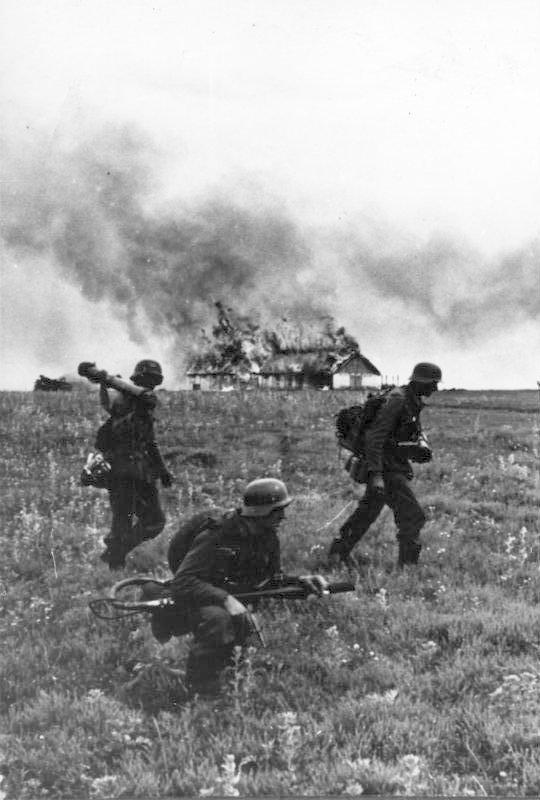 German soldiers (Flamethrower team) in the Soviet Union, June 1941 (German Federal Archives, Bild 146-1974-099-19)
