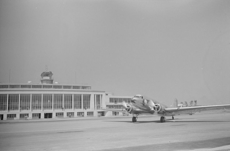 Douglas DC-3 of Eastern Air Lines taxiing at Washington National Airport, 1 July 1941 (Library of Congress: LC-DIG-fsa-8a36214)