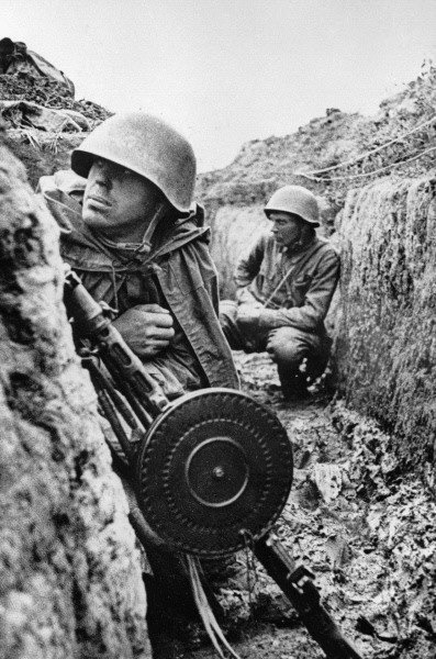 Soviet soldiers in the trenches on the Leningrad Front before an offensive, 1 Sept 1941 (RIA Novosti archive, image #58228 / Vsevolod Tarasevich / CC-BY-SA 3.0)