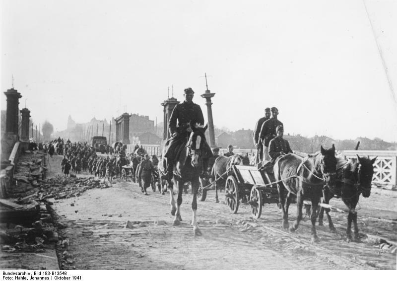 Germans entering Kharkov, Ukraine, late Oct 1941 (German Federal Archive, Bild 183-B13548)