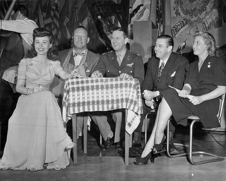 Connie Haines, Maxie Rosenbloom, Ben Lyon, Morton Downey and Joan Blondell at the Stage Door Canteen in New York, 20 August 1943 (public domain via Wide World Photos).
