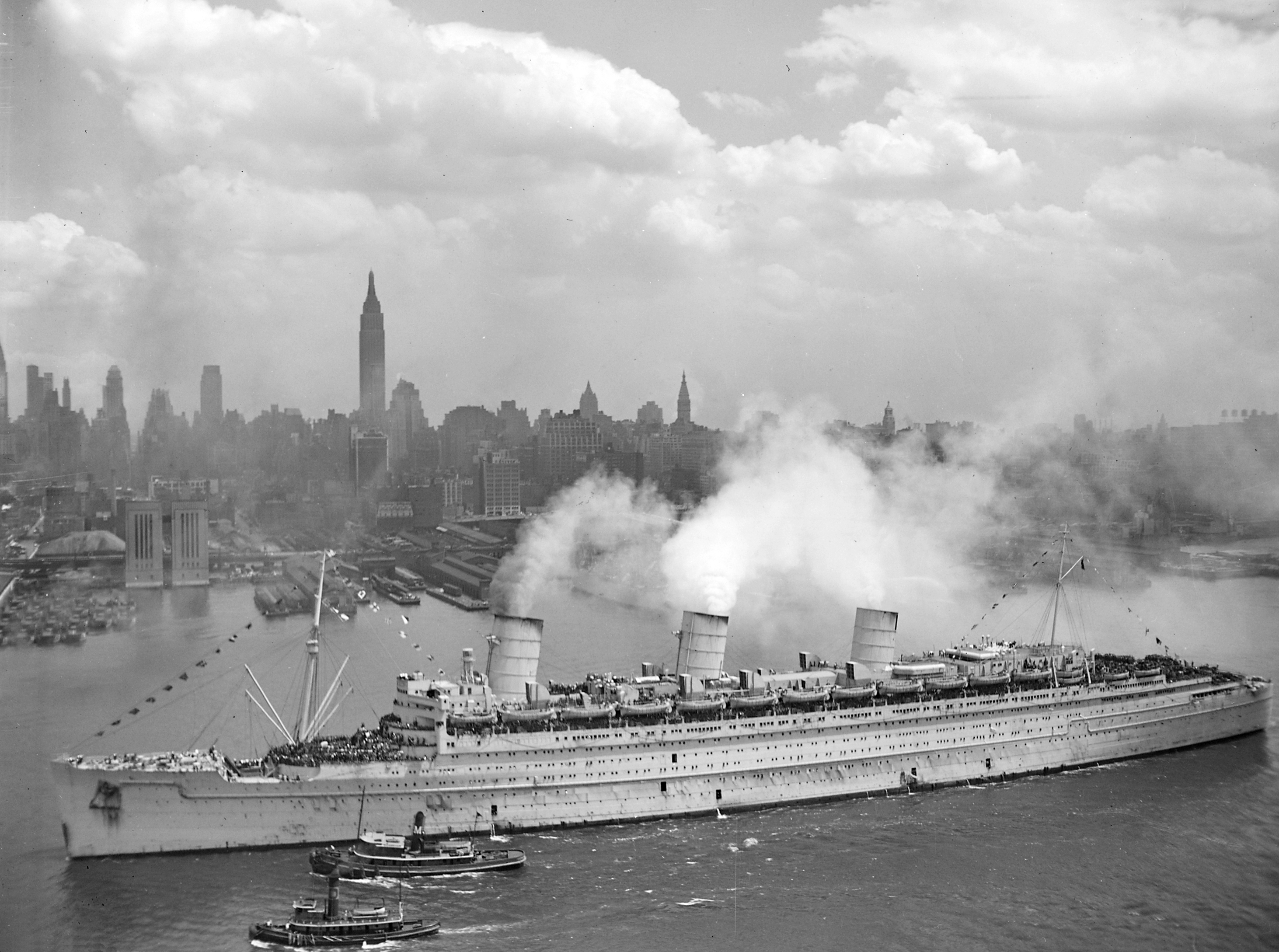 British troopship HMT Queen Mary returning US troops from Europe, New York, NY, 20 June 1945 (US National Archives)