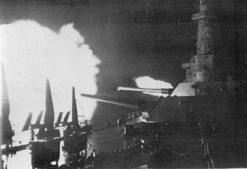 Battleship USS Washington firing at Japanese battleship Kirishima off Guadalcanal, 14 Nov 1942 (US Navy photo)