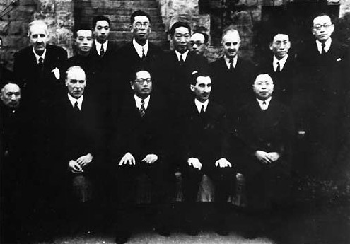 Chinese and British officials after the signing of the Sino-British Treaty for Relinquishment of Extra-Territorial Rights in China, Chongqing, China, 11 Jan 1943 (public domain via WW2 Database)