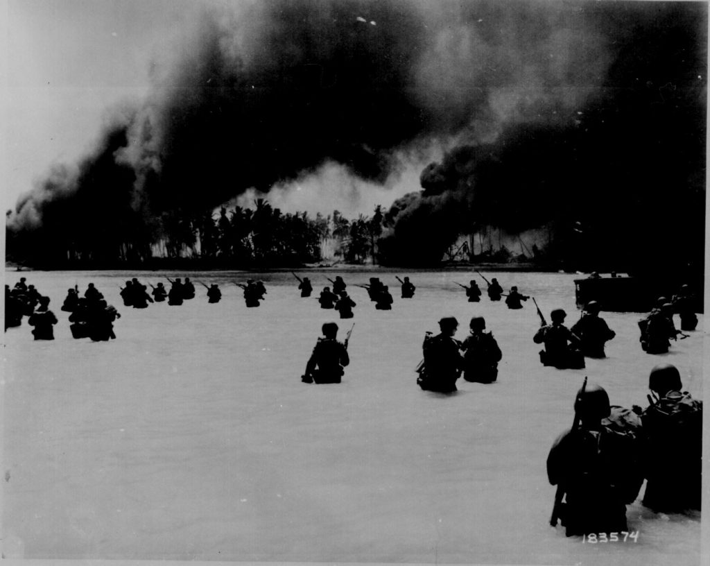 US 165th Infantry lands at Butaritari, Makin Atoll, Gilbert Islands, 20 Nov 1943 (US National Archives)