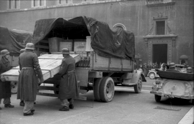 German troops unloading art treasures from the Abbey at Monte Cassino in the Vatican for protection, late 1943 (German Federal Archive: Bild 101I-729-0003-13)