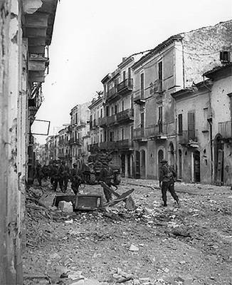 Canadian troops in Ortona, Italy, December 1943 (National Archives of Canada)