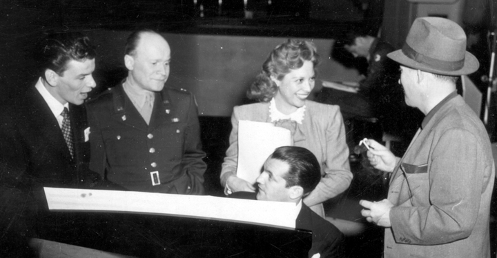 Frank Sinatra, Maj. Mann Holiner, Dinah Shore and Bing Crosby on Command Performance, Armed Forces Radio, CBS Studio, Hollywood, CA, 1944 (public domain via US Armed Forces Radio Service)