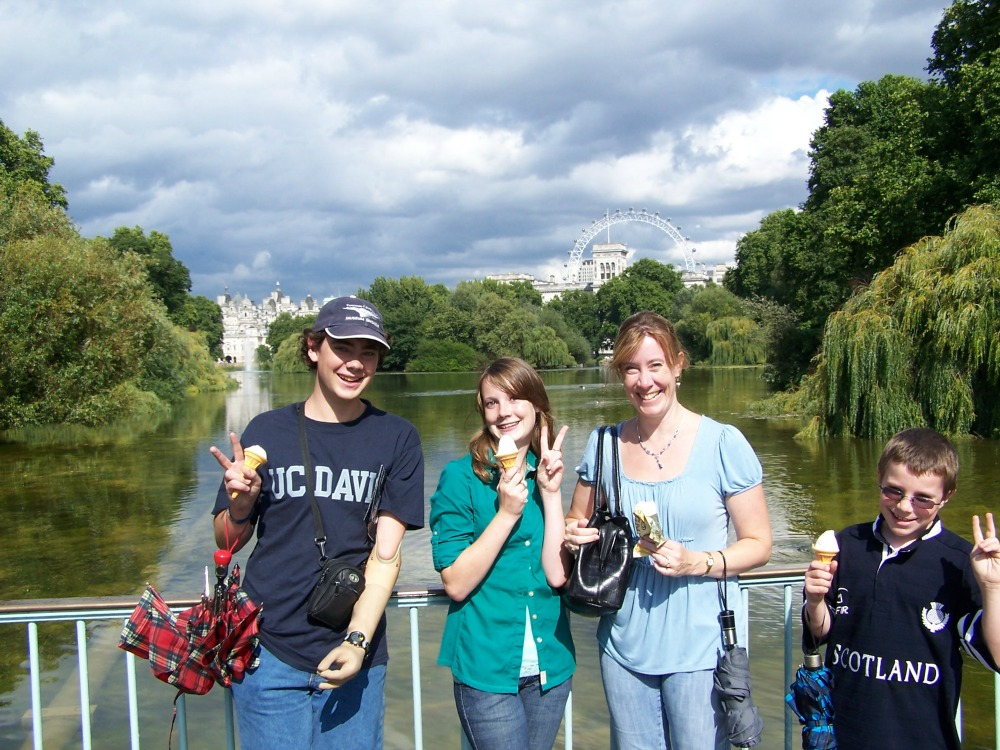 Sarah Sundin and her children in St. James's Park, London, July 2009 (Photo: David Sundin)
