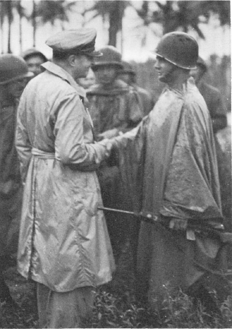Gen. Douglas MacArthur decorates the Lt. Marvin J. Henshaw, with the Distinguished Service Cross, for his actions on Los Negros, 29 February 1944 (US Army Center of Military History)