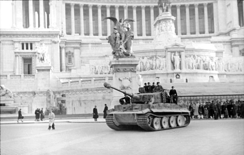 German Tiger I tank in front of the Altare della Patria, Rome, 1944 (German Federal Archives: Bild 101I-310-0880-38)