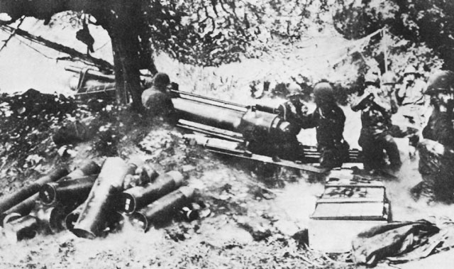 US 79th Infantry Division using 155-mm howitzer in assault on Cherbourg, June 1944 (US Army Center of Military History)