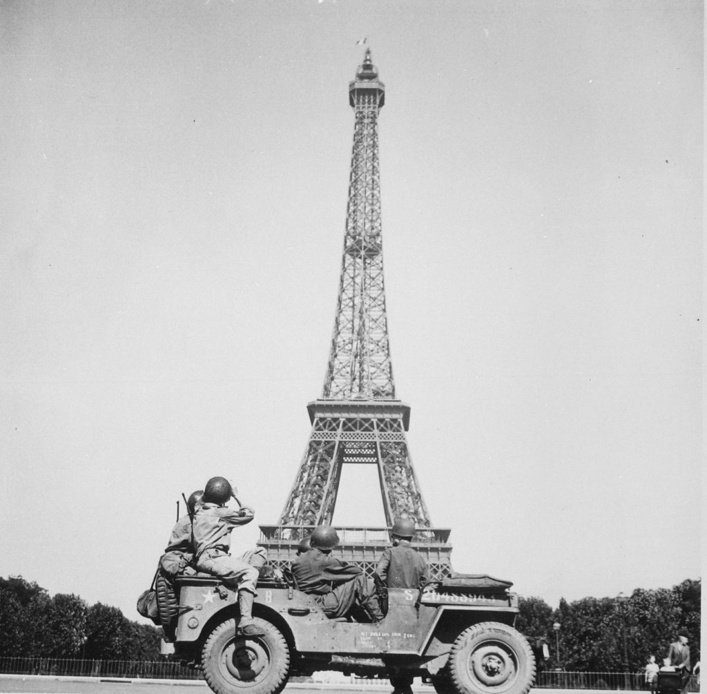 Members of US 4th Infantry Division sightseeing in Paris, France, Aug 25, 1944 (US Army photo)